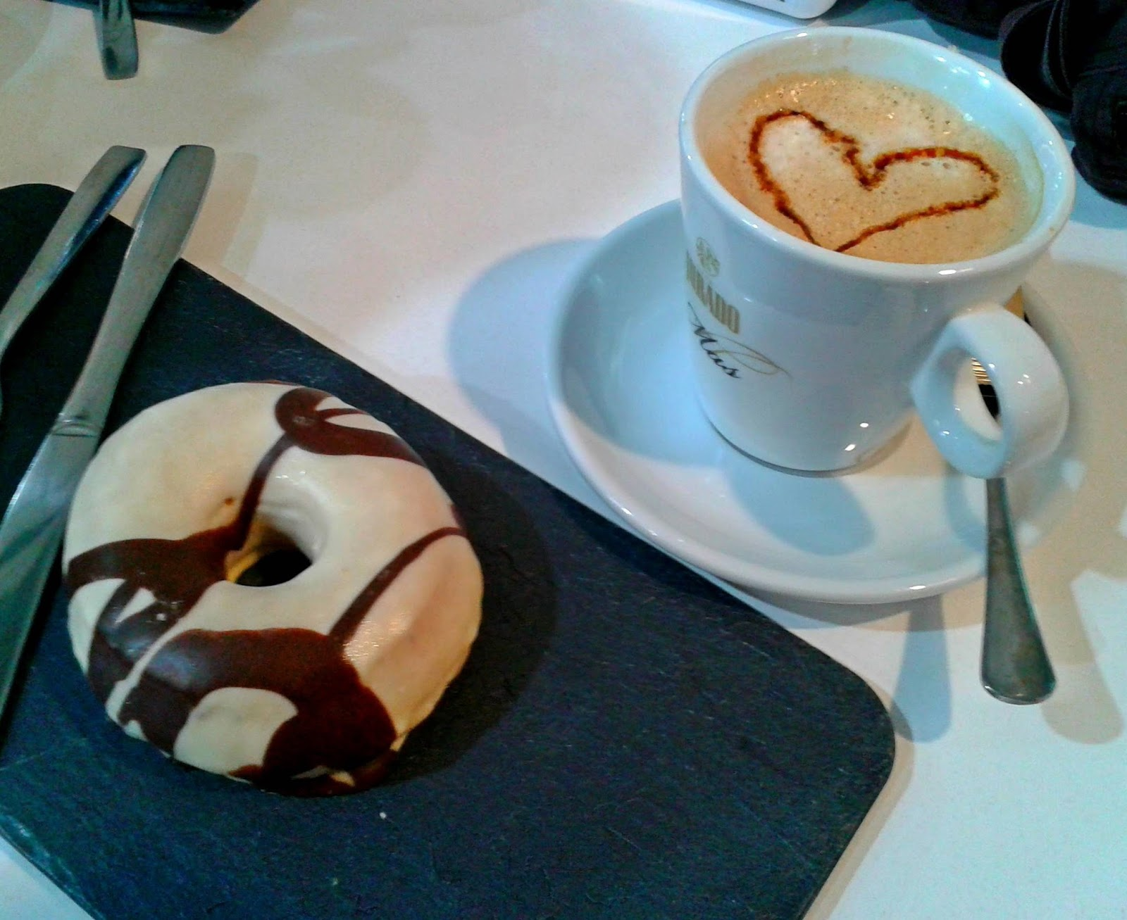 Donut y café con leche