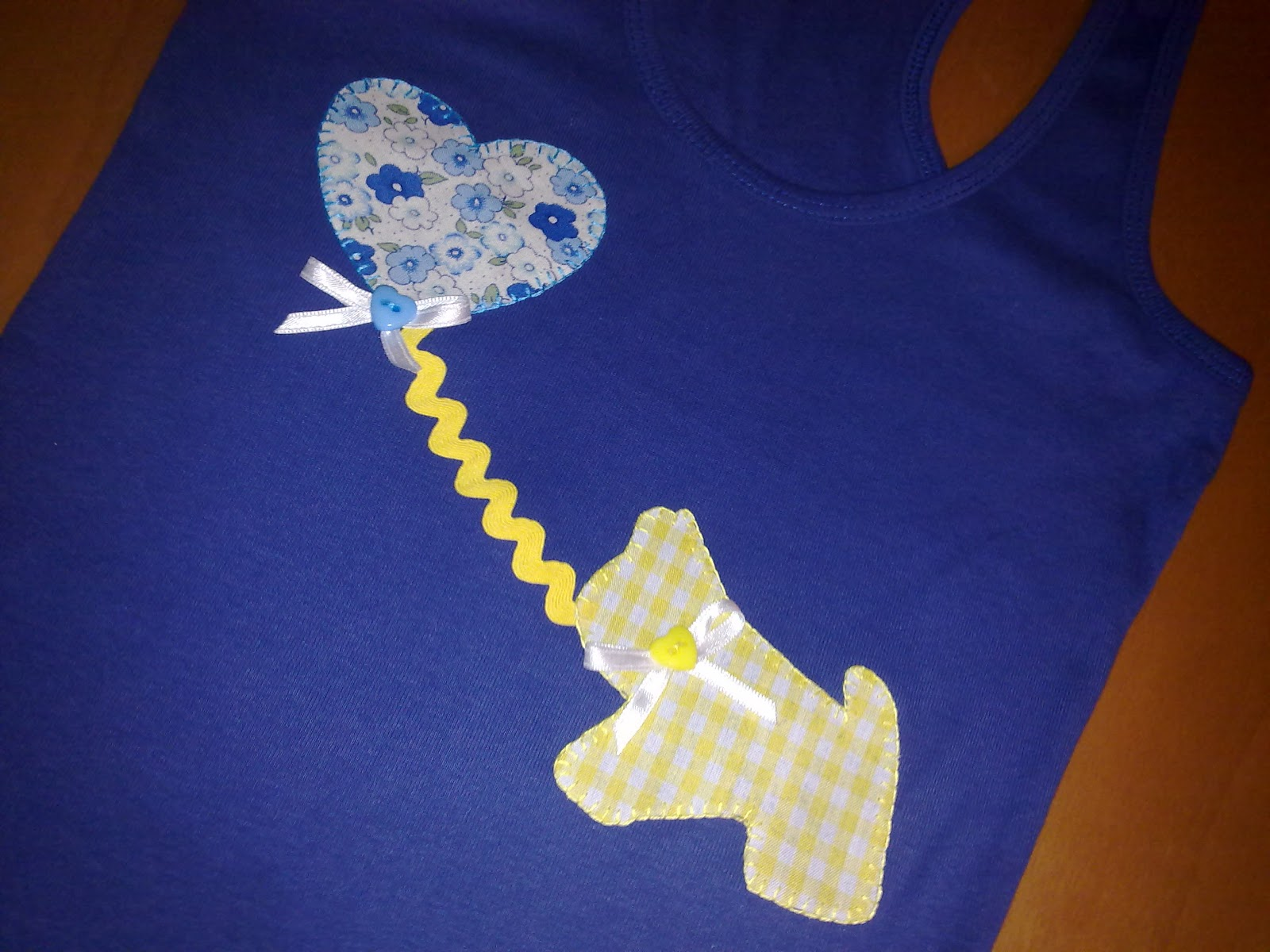 camiseta hecha a mano con detalle de perro en vichy amarillo y globo de flores azul