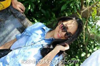 Foto Gledys Veronica Pakai kacamata keren