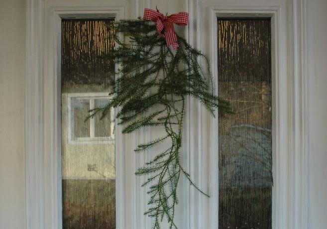 Vit dörr med lummer som hänger i en bukett.