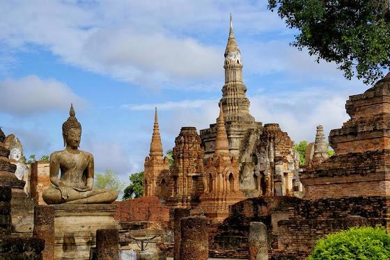 Tempel und Ruinen im Geschichtspark Sukhothai