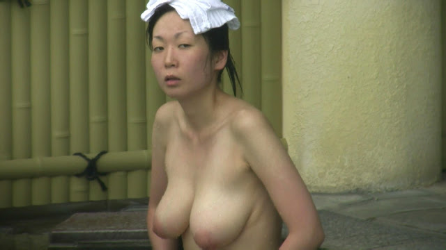Open-air bath Japanese girl has really big and lovely boobs (50pix)
