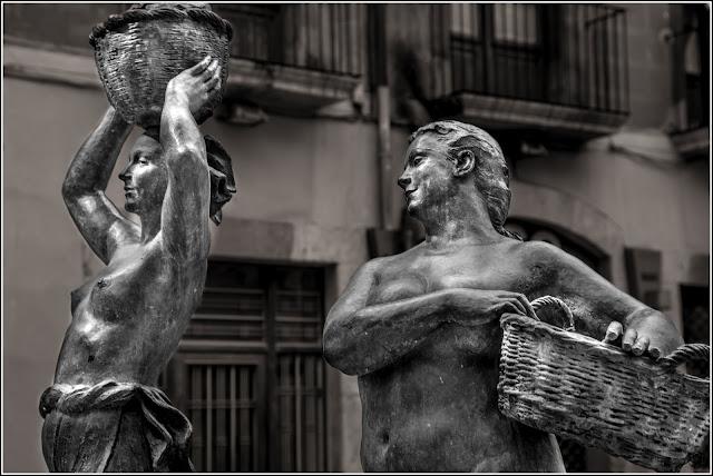 Escultura de las Lavanderas, en la plaça de les Basses, Reus. B&N