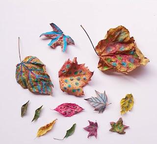 Pintando hojas naturales de otoño