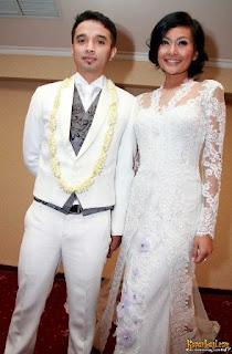 Gaun kebaya pengantin Endhita dan Onci Ungu