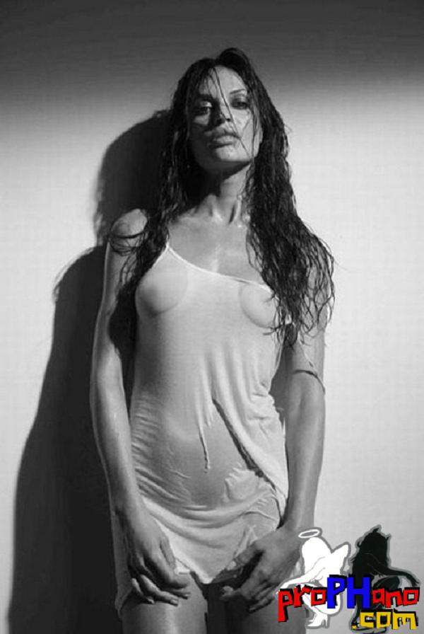 morena com blusa molhada em preto e branco