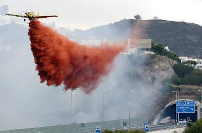 Blusvliegtuig aan het werk bij Calahonda ter bestrijding van het vuur.