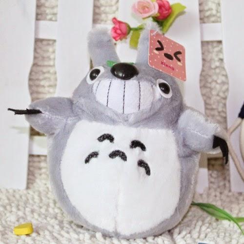 Kado ulang tahun berupa boneka Totoro yang imut dan lucu.