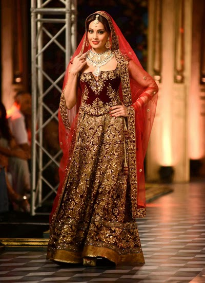 Sizzling Bipasha walk the ramp for  Shree Raj Mahal Jewellers at  India Couture Week (ICW)