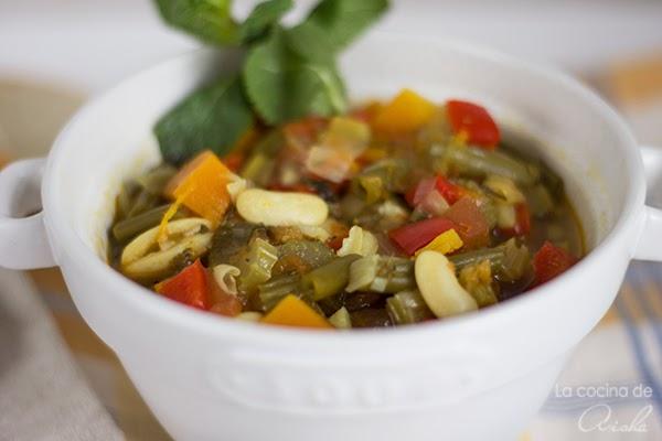 Sopa de verduras y judías blancas con hierbas aromáticas