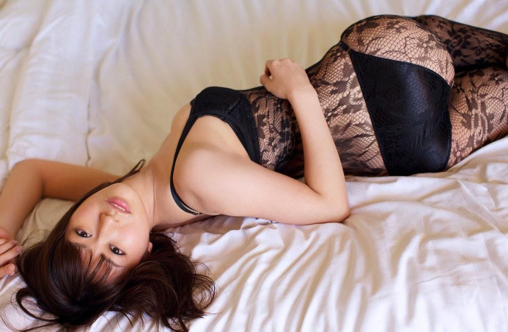 Arisa Kuroda khoe đường cong chữ S hút hồn với áo ngủ