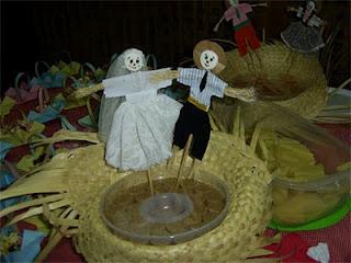 Decoração de festa junina com chapéu e noivinhos