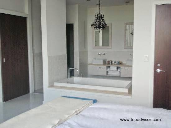 Tinas De Baño Ala Medida:Cuarto de baño abierto parcialmente al dormitorio en el sector de la