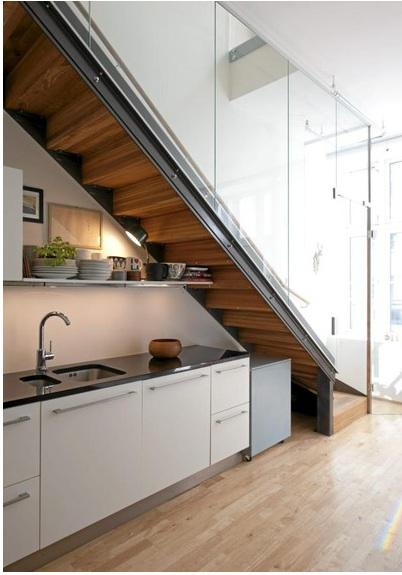 Living in designland cocinas bajo escaleras for Escalera para cocina