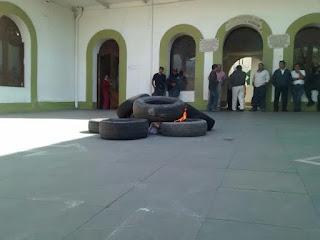 Queman llantas en presencia municipal de Ciudad Mendoza