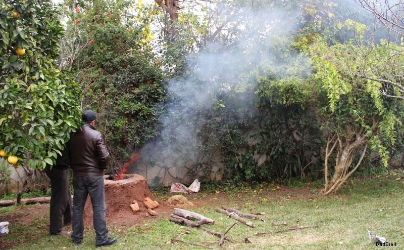 Fumée sortant d'un four pour méchoui