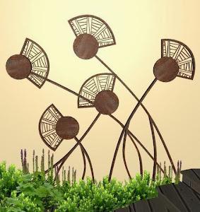 adornos en hierro para jardines - diseño jardines de lujo - campo de amapolas foto
