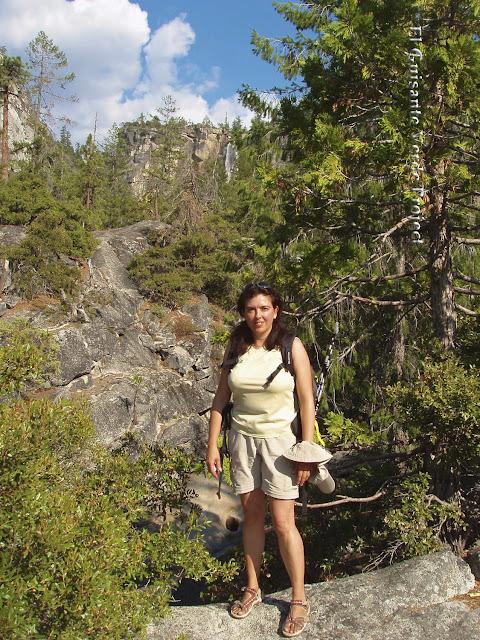 Maribel en el sendero a Vernal Fall, Yosemite, por El Guisante Verde Project