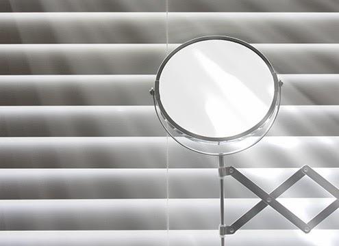 百葉窗線條簡約,散漫在晨間的浴室空間