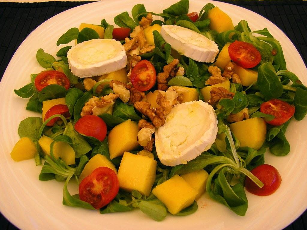 Ensalada de hojas tiernas, queso y bayas de goji