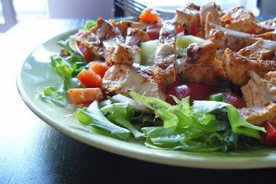 Sałatka z grillowanego kurczaka z ogórkiem, papryką i dressingiem miodowo-musztardowym