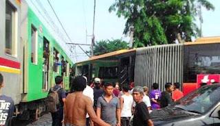 sebuah bus Transjakarta gandeng jurusan Lebak Bulus-Harmoni tertabrak Commuter line jurusan Tanggerang-Duri kejadian berlokasi di jalan Gringa dan Kebon jeruk Jakarta Barat