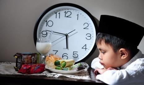 Mengajarkan Anak Berpuasa dengan Aman