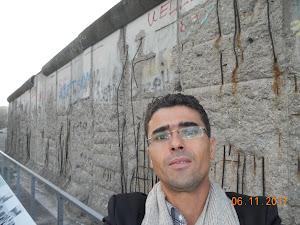 بجانب جدار برلين