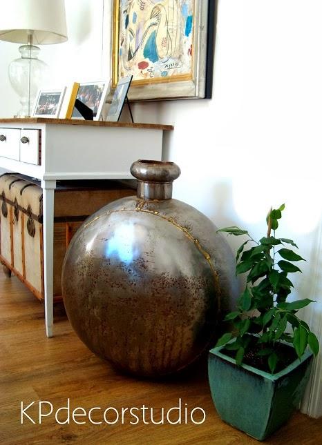 Decoración vintage, baul antiguo, jarrón metálico redondo tipo botella. Paragüeros vintage.