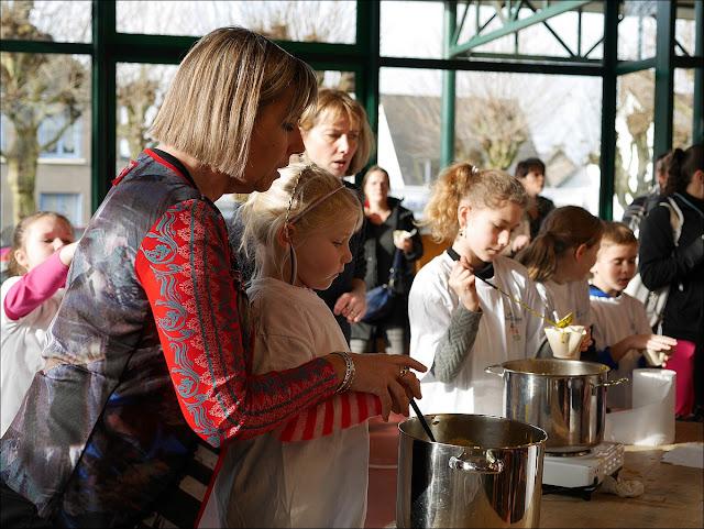 Fête de la soupe à La Gacilly, école saint-Stanislas de Carentoir et ses maitres soupiers
