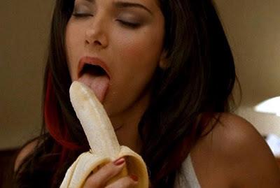 Wanita makan pisang