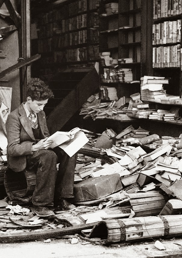 40 Must-See Photos Of The Past - Bookstore in London ruined by an air raid, 1940