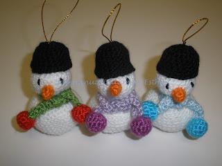 Muñequitos de nieve hecho a crochet para colgarlos del árbol de Navidad