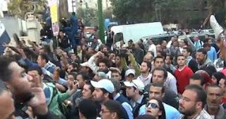 عشرات الطلاب يتظاهرون أمام مجلس الشعب