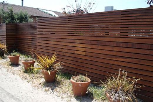 de madeira Junto à cerca formarseia um canteirobanco de jardim