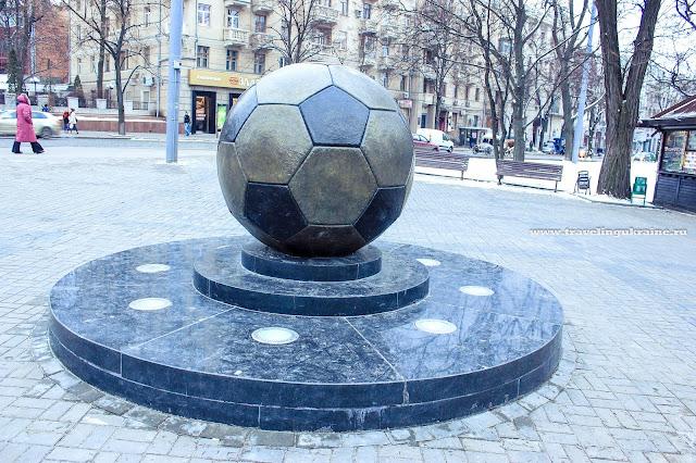памятник Футбольному мячу в Харькове