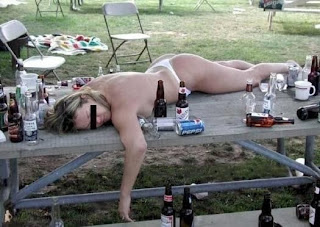 smešna slika: polugola pijana devojka leži vani na klupi