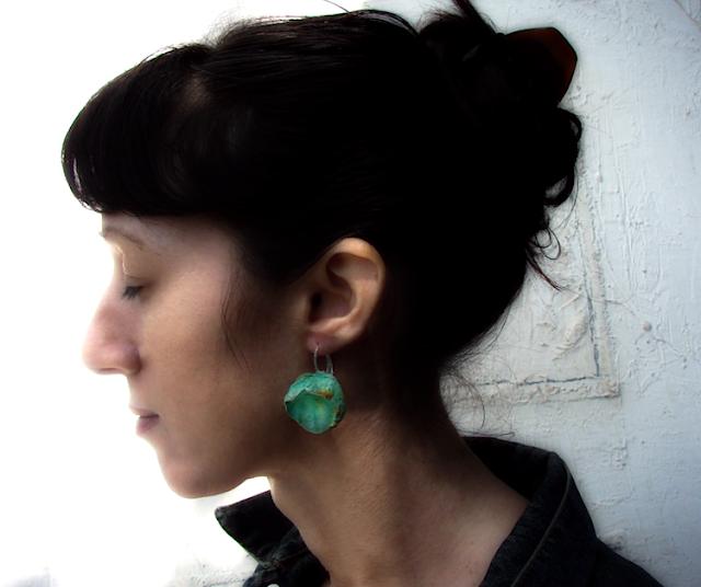 orecchini maxi fatti a mano modello bocciolo, verde oro