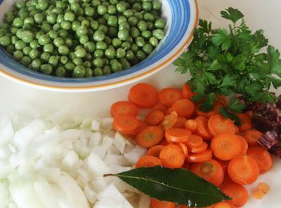 Ingredientes para la elaboración de guisantes con zanahorias