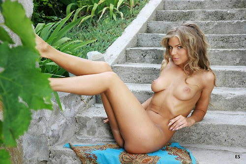naked pose outdoor