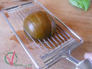 Cortando el tomate con la lira.