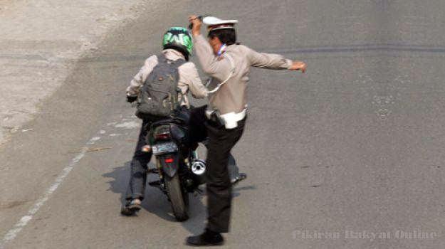 BENER GAK SIH!? Lebih Baik Ban Bocor Daripada Ketilang Polisi, POLISI LUCU, POLISI MENENDANG, POLISI MENENDANG PENGENDARA SEPEDA MOTOR, POLISI SADIS