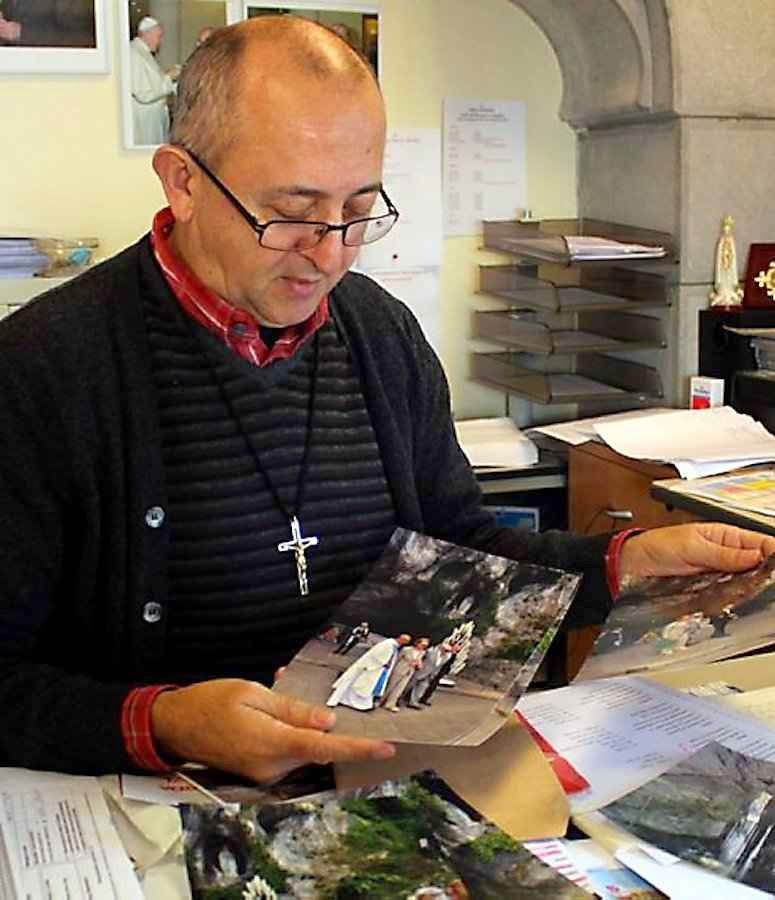 O Padre Nicola Ventriglia Omi, mostra fotos de Michele Ferrero no Santuário de Lourdes