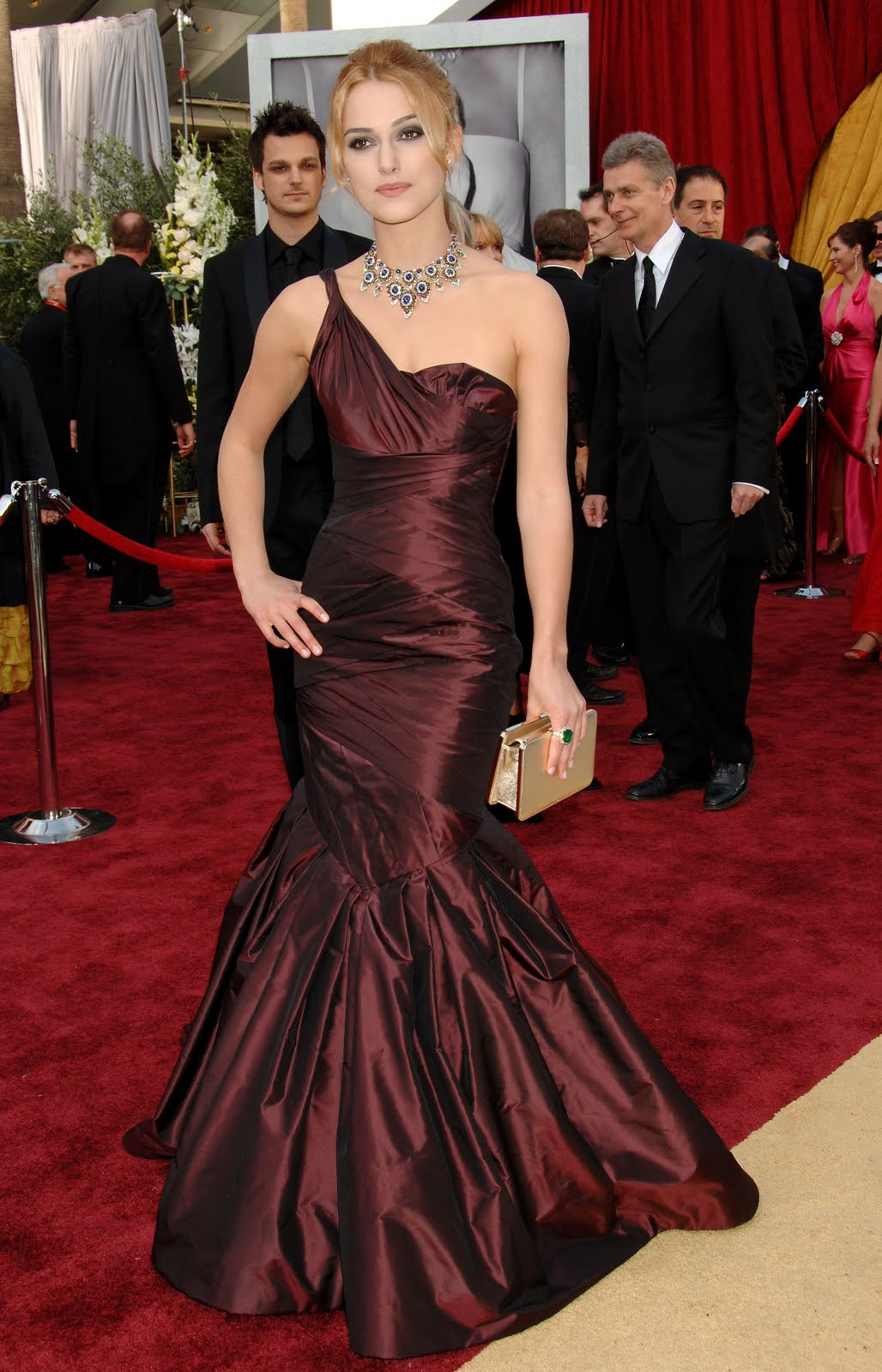 http://3.bp.blogspot.com/-3cNwOxL9fZM/Tfy_VS7C7jI/AAAAAAAAAl8/If3Ty87Q6RE/s1600/keiraknightley-dot-net-academy-awards-oscars-5march06-redcarpet066.jpg