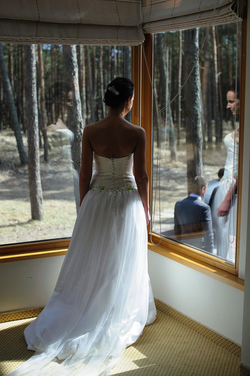 stilinga vestuvinė suknelė su žaliomis detalėmis