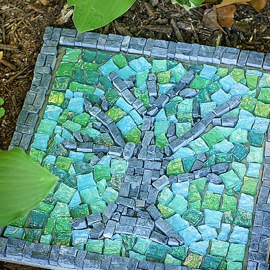 13 diy stepping stones do it yourself ideas and projects for Mosaic ideas for the garden