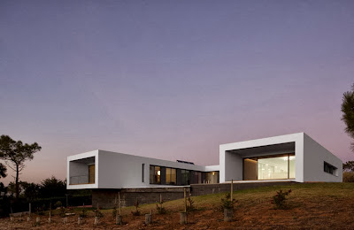 Fachada exterior de casa moderna en forma de u