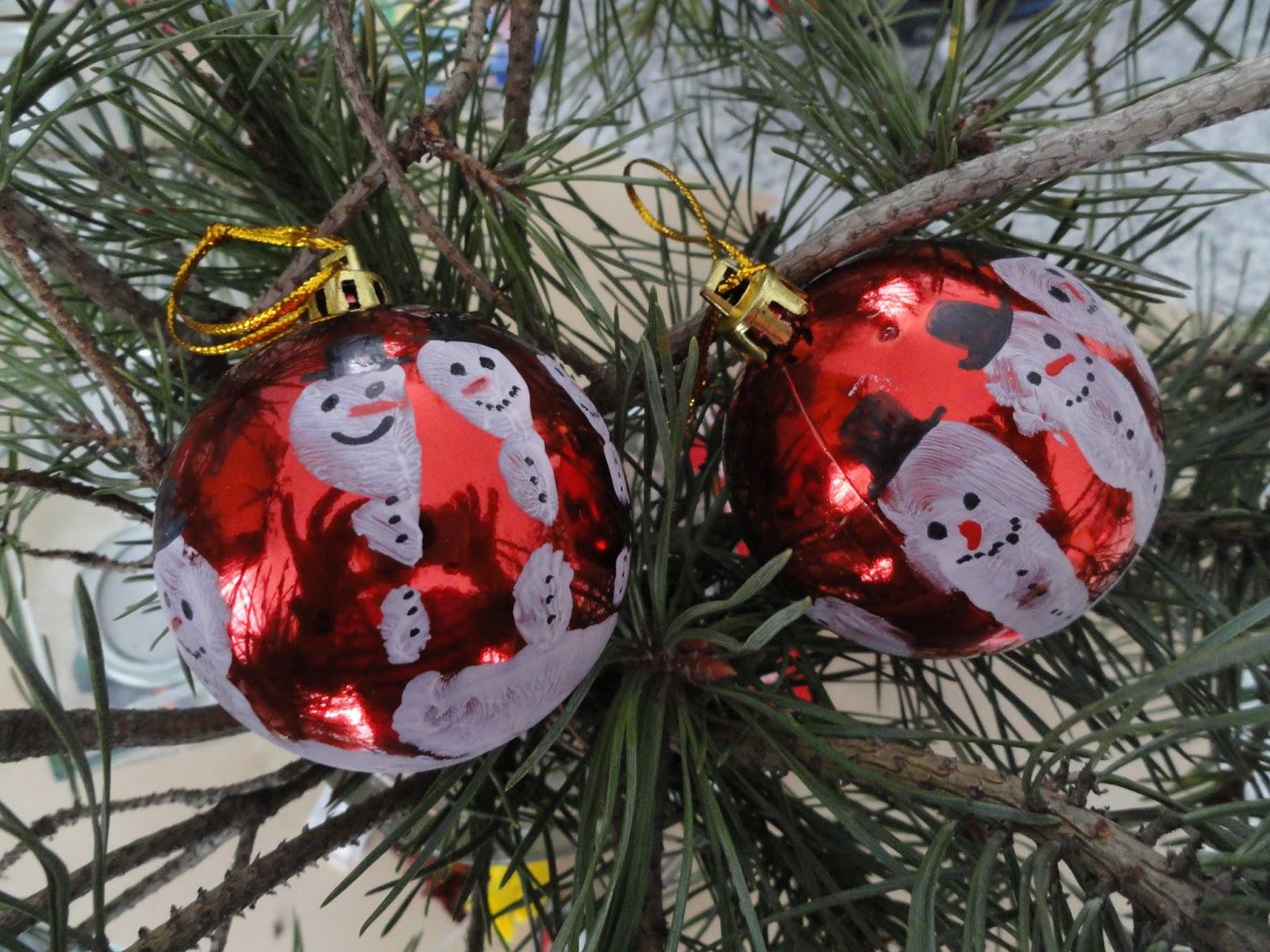 Farbenfrohe Kinkerlitzchen: Weihnachtskugeln - Handabdruck
