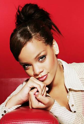 Rihanna Yana Ayrılmış Kahverengi Kahkül ve RihannaTopuz