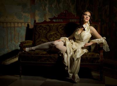 Mujer bonita en el sillón imperial
